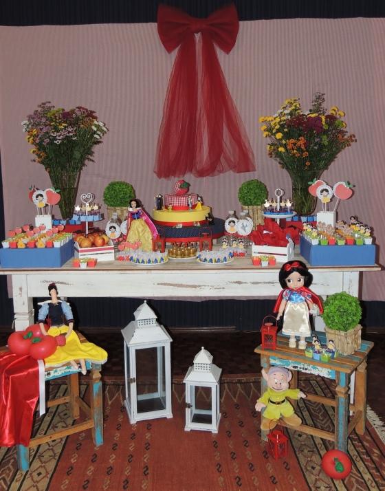 Tomada da mesa principal, com nossas flores naturais e os personagens e personalizados em destaque